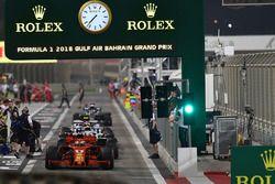 Sebastian Vettel, Ferrari SF71H e altri piloti all'uscita della pit lane