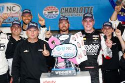 Yarış galibi Alex Bowman, Chip Ganassi Racing, ve ekip şefi Mike Shiplett