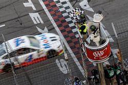 Damalı bayrak: yarış galibi Kevin Harvick, Stewart-Haas Racing Ford