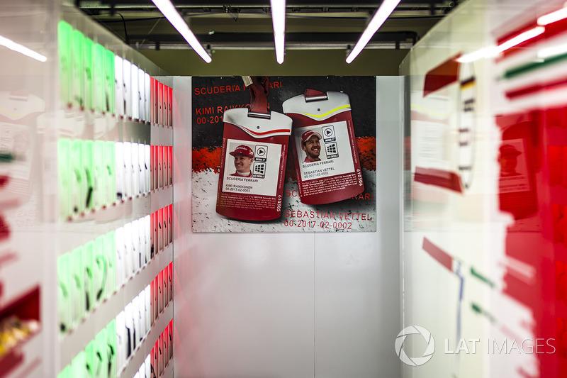Kimi Raikkonen, Ferrari y Sebastian Vettel, Ferrari pasa fotos en el garaje de Ferrari
