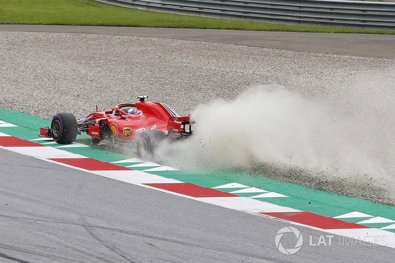 Kimi Raikkonen, Ferrari SF71H, sort au large et ramène de la poussière sur la piste