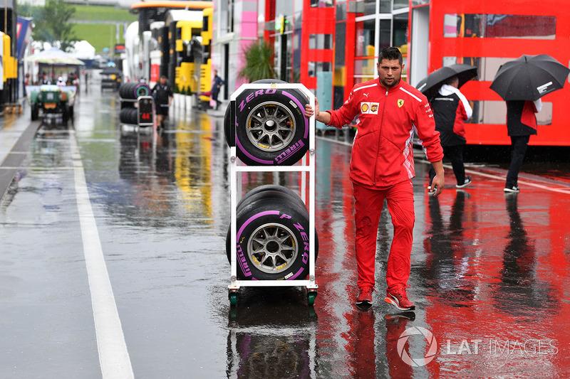 Meccanico Ferrari con delle gomme Pirelli