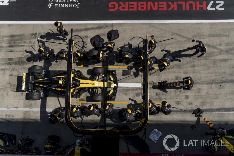 Carlos Sainz Jr., Renault Sport F1 Team R.S. 18, au stand