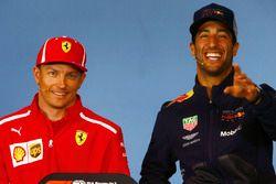 Kimi Raikkonen, Ferrari, e Daniel Ricciardo, Red Bull Racing, scherzano nella conferenza stampa del giovedì