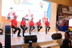 VP Marketing Lubricants PT Shell Indonesia, Mario Viarengo; Direktur Pelumas Shell Indonesia, Dian A