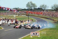 Chris Amon, Ferrari 246T lidera a Jochen Rindt, Lotus 49B-Ford en la arrancada