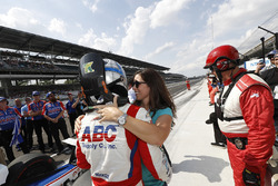 Tony Kanaan, A.J. Foyt Enterprises Chevrolet con su esposa Lauren
