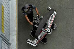 Josef Newgarden, Team Penske Chevrolet crew with spare parts