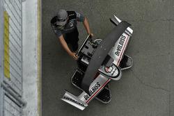 Josef Newgarden, equipo Penske Chevrolet crew con repuestos