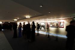 Los invitados se reúnen en la galería