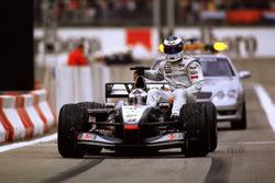 Hakkinen, McLaren gets a lift back from David Coulthard, McLaren
