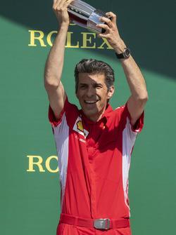 Claudio Albertini, ingegnere Ferrari, festeggia sul podio