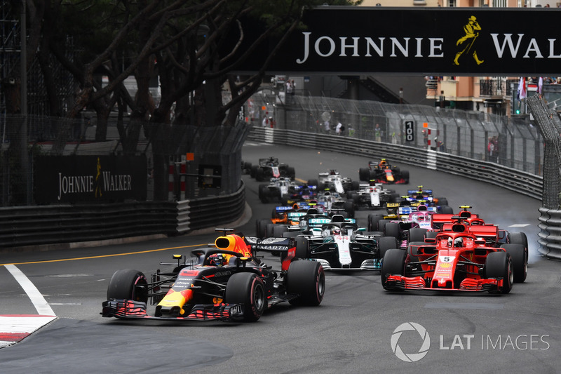 Daniel Ricciardo, Red Bull Racing RB14 leads Sebastian Vettel, Ferrari SF71H at the start of the race