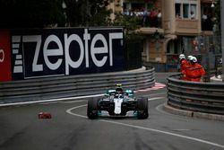 Valtteri Bottas, Mercedes-AMG F1 W09 pasa escombros