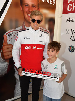 Marcus Ericsson, Sauber and young fan at the Monaco GP Challenge