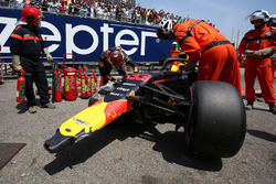 После аварии: Макс Ферстаппен, Red Bull Racing RB14