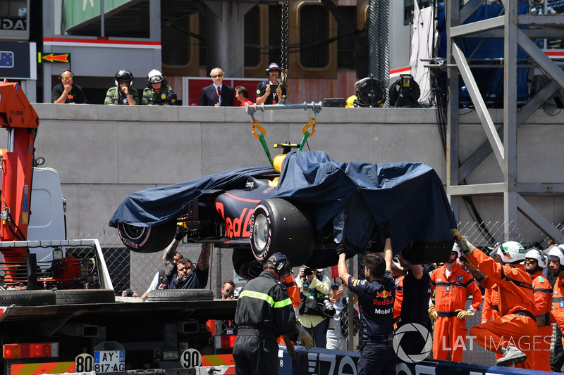 Oficiales remueven el coche accidentado de Max Verstappen, Red Bull Racing RB14