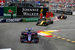 Pierre Gasly, Toro Rosso STR13, leads Nico Hulkenberg, Renault Sport F1 Team R.S. 18 and Max Verstappen, Red Bull Racing RB14