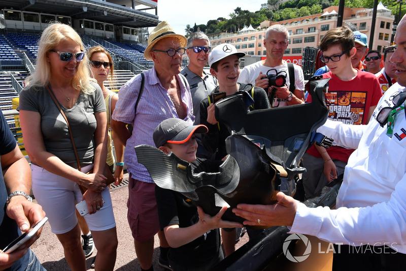 Des fans avec le baquet Mercedes-AMG F1 W09