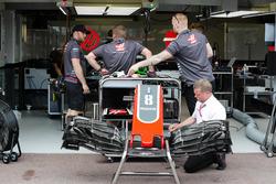 Механики Haas с автомобилем VF-18 Ромена Грожана