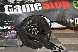 Zerfetzter Reifen am Auto von 1. Erik Jones, Joe Gibbs Racing Toyota