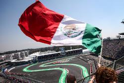 Marcus Ericsson, Sauber C36 passe devant un fan et le drapeau mexicain dans les tribunes