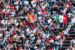 Les drapeaux de Ferrari et du Mexique dans les tribunes