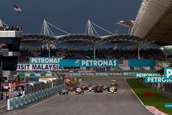Старт гонки: лидирует Дженсон Баттон, Brawn GP BGP001 Mercedes