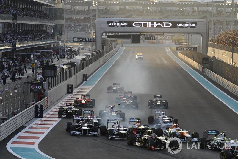 Хотя первый поворот в Абу-Даби весьма широкий и быстрый, четыре машины в ряд в нем все же не уместилось: гонщики Force India VJM05 Пол ди Реста и Нико Хюлькенберг, Бруно Сенна из Williams и Серхио Перес из Sauber убедились в этом на собственном опыте