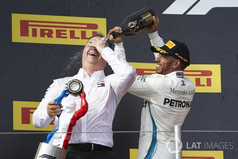Lewis Hamilton, Mercedes AMG F1, 1° classificato, versa lo Champagne su Ron Meadows, direttore sportivo, Mercedes AMG, sul podio