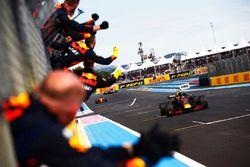 Max Verstappen, Red Bull Racing RB14, cruza la línea a los vítores de su equipo para tomar el segundo lugar