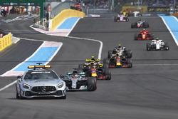 Le Safety Car devant Lewis Hamilton, Mercedes AMG F1 W09, Max Verstappen, Red Bull Racing RB14, Daniel Ricciardo, Red Bull Racing RB14, et le reste du peloton
