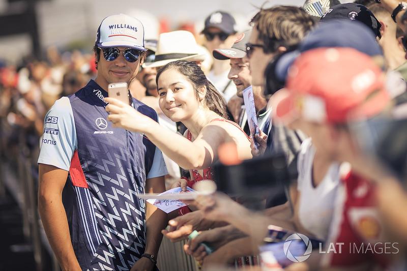 Lance Stroll, Williams fans selfie