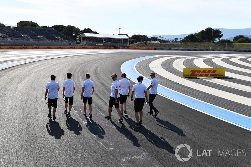 Stoffel Vandoorne, McLaren camina en la pista