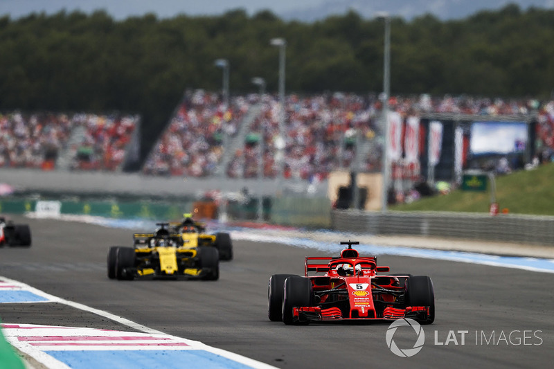 Sebastian Vettel, Ferrari SF71H, precede Nico Hulkenberg, Renault Sport F1 Team R.S. 18 e Carlos Sainz Jr., Renault Sport F1 Team R.S. 18
