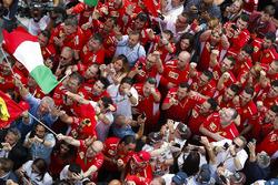 Ferrari-teamleden onder het podium