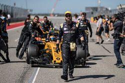 Механик Renault Sport F1 Team и Карлос Сайнс-мл., Renault Sport F1 Team RS17