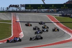 Marcus Ericsson, Sauber C36 and Romain Grosjean, Haas F1 Team VF-17 at the start of the race
