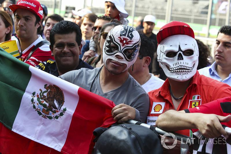 Fans en el pit lane para la firma de autógrafos