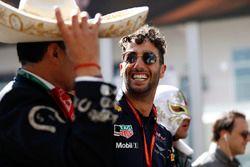 Daniel Ricciardo, Red Bull Racing, Felipe Massa, Williams, shares a joke with a mariachi singer