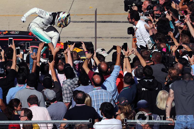 Ganador de la carrera Lewis Hamilton, Mercedes AMG F1 celebra en parc ferme