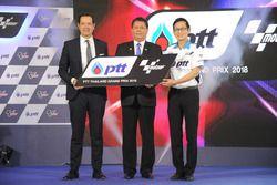 Pau Serracanta con Sakol Wannapong, gobernador de la autoridad deportiva de Tailandia y Auttapol Rer
