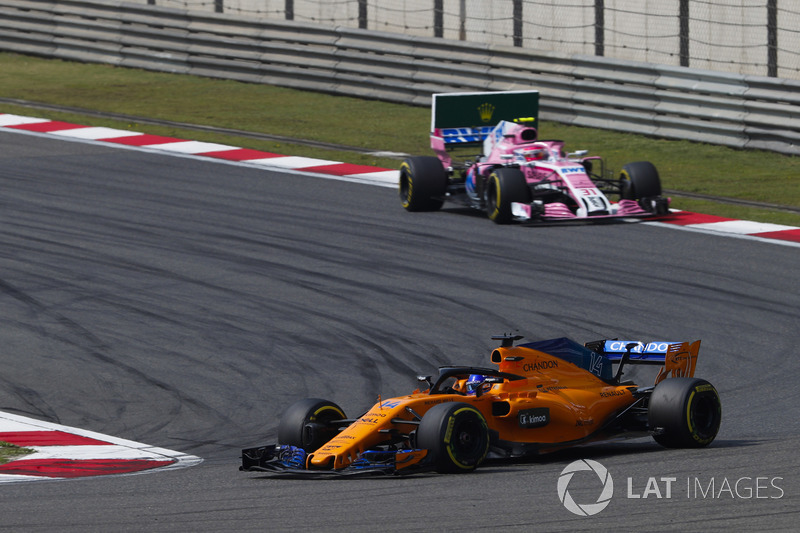 Fernando Alonso, McLaren MCL33 Renault, Esteban Ocon, Force India VJM11 Mercedes