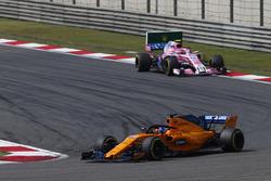 Fernando Alonso, McLaren MCL33 Renault, devant Esteban Ocon, Force India VJM11 Mercedes