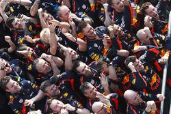 El equipo Red Bull celebra la victoria en el podio