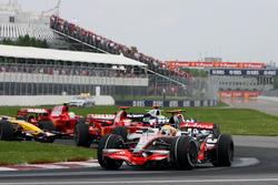 Lewis Hamilton, McLaren MP4/23 startta lider