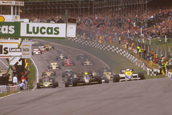 Ayrton Senna Lotus 97T Renault Sport F1 Team leads Nigel Mansell, Williams FW10 Honda on the climb upto Paddock Hill Bend at the start