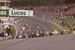 Ayrton Senna Lotus 97T Renault Sport F1 Team mène devant Nigel Mansell, Williams FW10 Honda au moment du départ