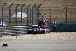 Sébastien Buemi, Scuderia Toro Rosso STR5 choca en la primera sesión de práctica