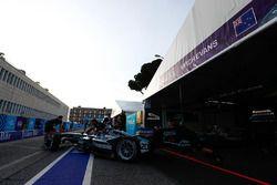 Mitch Evans, Jaguar Racing, sort du garage